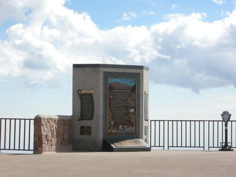 Памятная стела на  площадке Пайкс Пик.