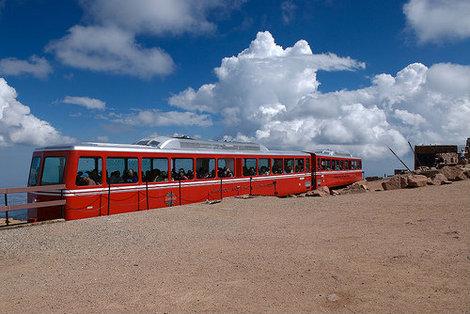Туристический поезд на вершине.