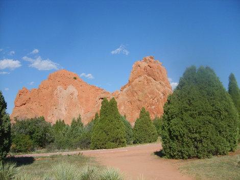 На такие скалы тоже могут альпинисты подниматься.