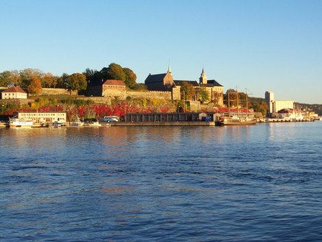 Это вид на крепость Акершуз (Akershus) со стороны Осло — фиорда.