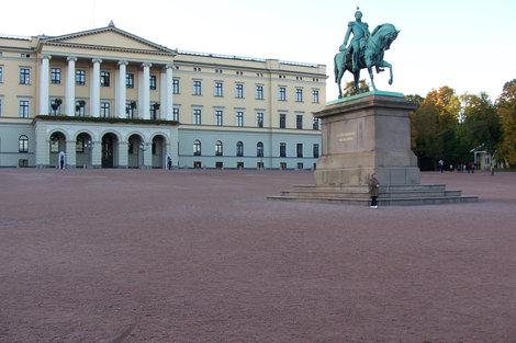 Очень скромный Королевский дворец и площадь, покрытая красноватым песком, а не асфальтом.
