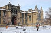 Дворник в зимнем Кисловодске — незаменимая профессия