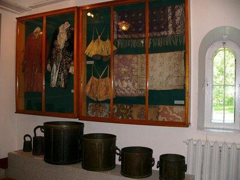 27. Экспозиция музея в палатах удельных угличских князей. Каструл, каструля, каструлка и каструлчонок внизу, образцы вышивки и одежды вверху