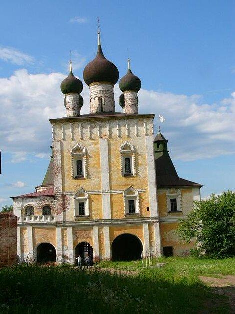 63. Сретенская надвратная церковь  фото с территории монастыря