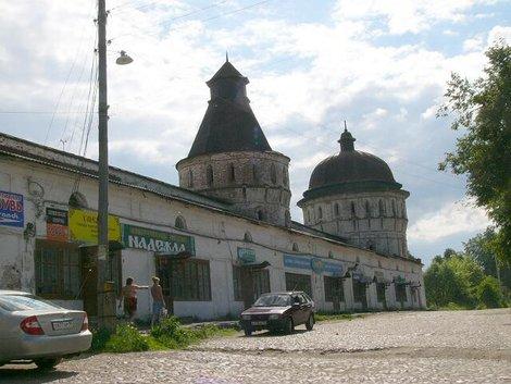 65. Северная стена с магазинчиками и северо-западные башни Борисоглебского монастыря