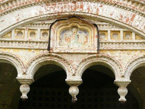 74. Затейливый орнамент южных ворот с фреской XVII века