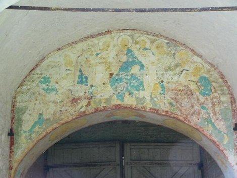 75. Фрагмент южных ворот с фреской XVII века