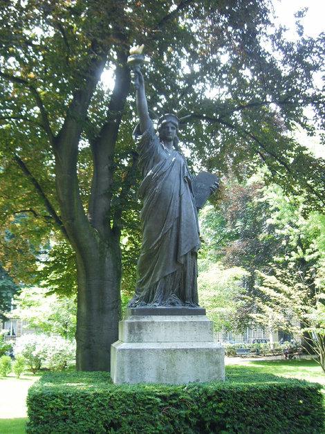 Копия статуи Свободы, подаренной французами американцам