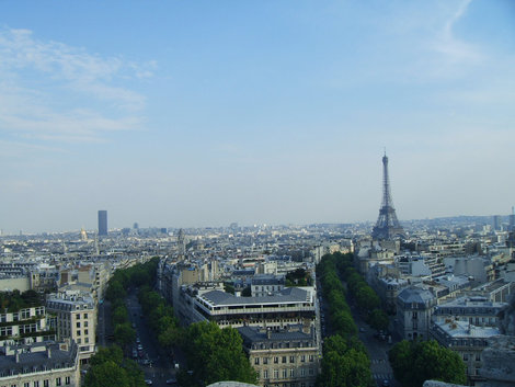 Вид с Арки на Эфйфелеву башню и башню Монпарнас