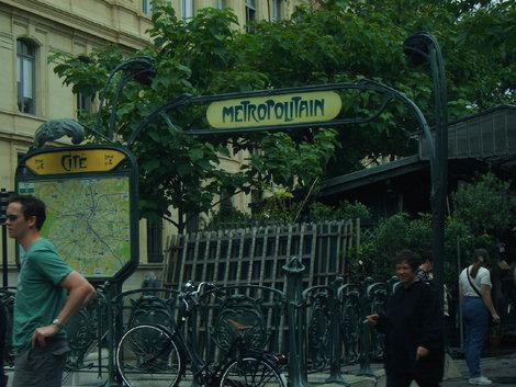 Знаменитое оформление станций парижского метро