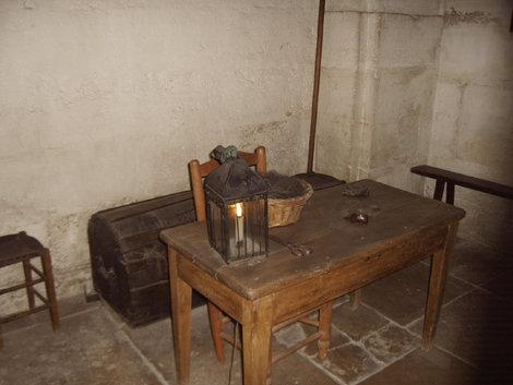 А здесь заключенным перед казнью отрезали волосы. Чтобы гильотина не затупилась