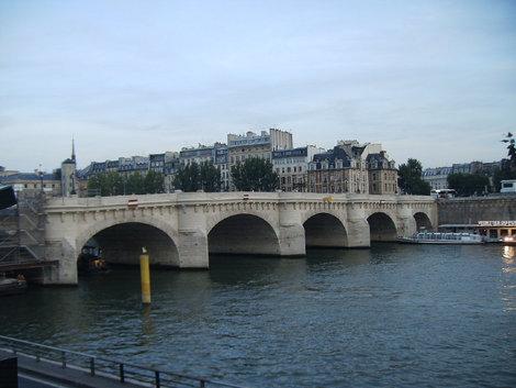 Самый старый мост Парижа на остров Сите. Называется Новый мост