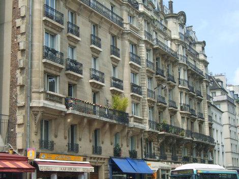 фТипичный дома центра Парижа с чугунными балкончиками