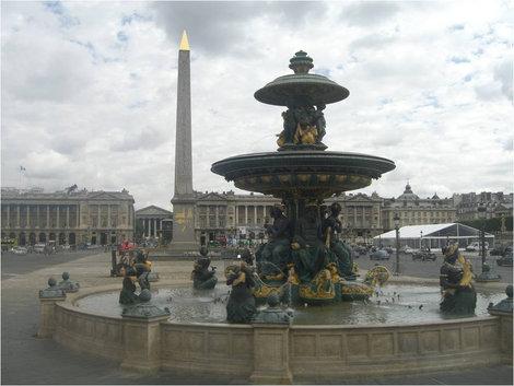 Один из фонтанов и обелиск