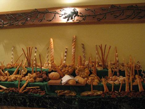 Столовая: инсталляция с хлебом (это все реально еда)