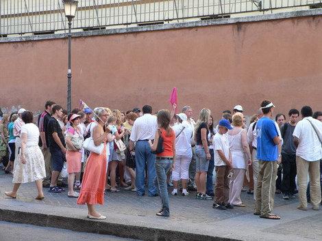 очередь в Ватикан, в сарафане лососевого цвета наш гид Наташа.