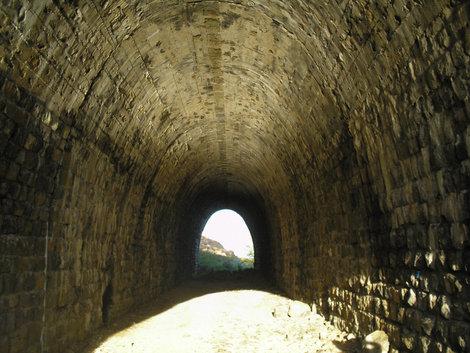 Тоннелей на этом пути очень много: дорога идет через горы