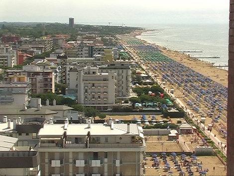 Вид с нашего отеля на курорт