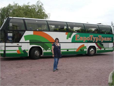 В автобусный тур с сумкой через плечо