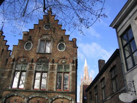 За домами — шпиль церкви Богоматери
