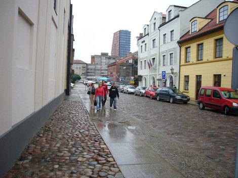 Улица старого города, мощеная булыжником.
