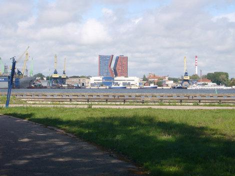 Вид на оригинальные новые здания со стороны Куршской косы.