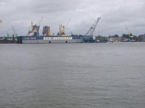 Плавучий док судоремонтного завода, вид с противоположного берега залива.