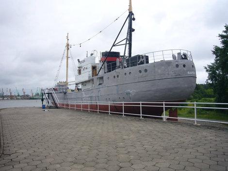Рыболовецкое судно типа СРТ, на вечной стоянке на Куршской косе, по дороге к Морскому музею.