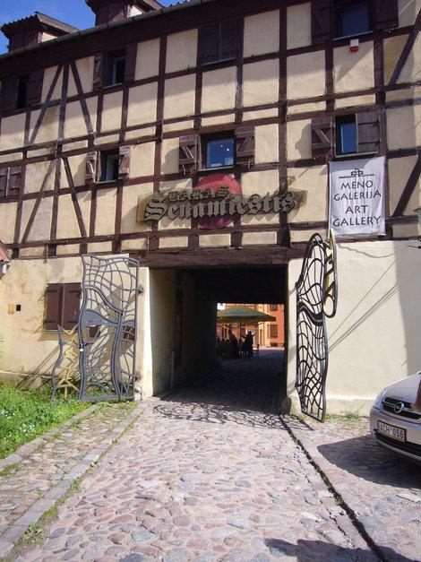 Средневековый фахверковый дом, в нем  небольшая галерея и бар