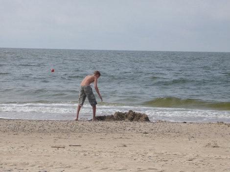 Балтийское море.Прохладно и народа совсем нет, а мы рискнули раздеться.