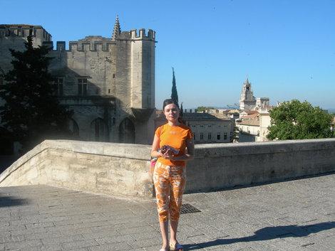 Папский дворец — слева