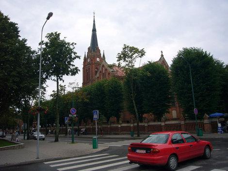 Улица Витауто, старинный костел взметнул свой шпиль в небо.