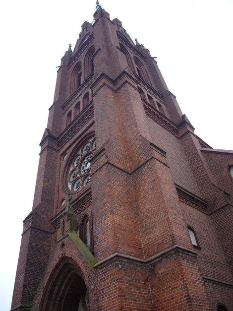 Костел построен больше 200 лет назад из маленьких кирпичиков.