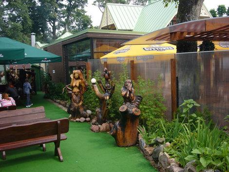 Украшение одного из небольших кафе деревянными скульптурами.