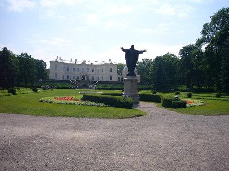 Скулптура Христа и вид на дворец — Музей янтаря.