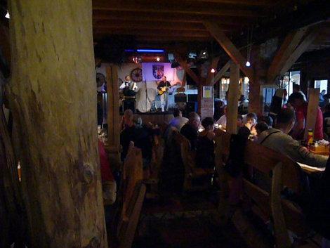 В ресторане у Йозаса всегда полумрак, но многолюдно и кормят вкусно и сытно.