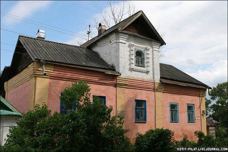 Это городская ратуша, которая была здесь построена по велению самого Петра Великого.
