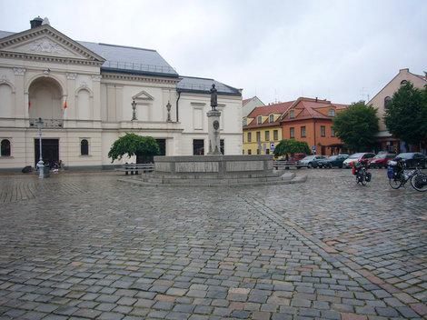 Клайпедский Драматический театр. На постаменте скульптура