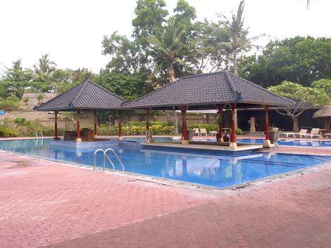бассейн на территории