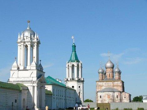 10. Стены и ворота Спасо-Яковлевского монастыря и Спасская церковь