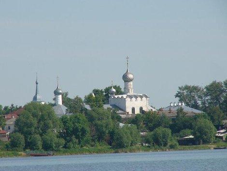 16. Вид с озера Неро на Рождественский женский монастырь и Церковь Св. Николы