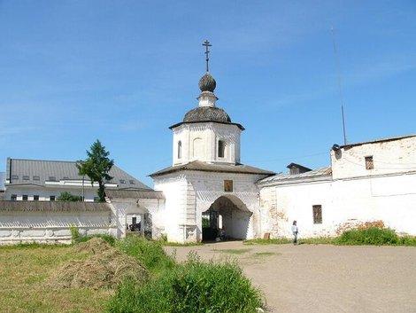 21. Ворота в ограде собора