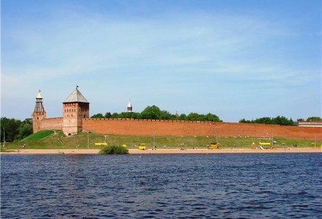 Вид на Кремль со стороны Ярославова дворища.
