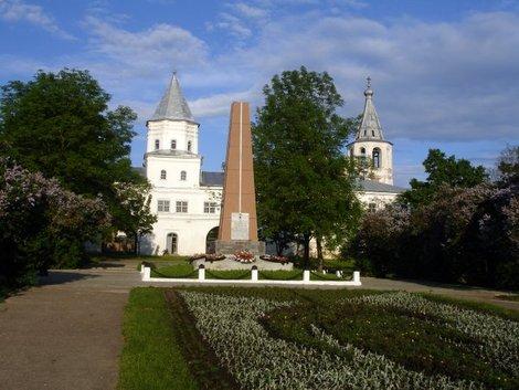 Памятник героям на Ярославовом дворище.