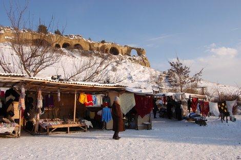 Мини-Рынок у подножья горы Кольцо