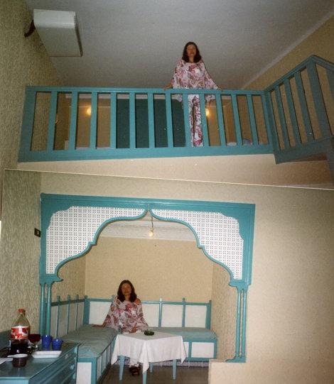 Номер: на втором этаже 2 кровати и шкаф, на первом — чайхана