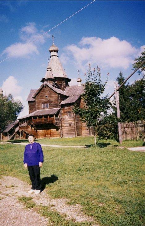 У старинной деревянной церкви,
