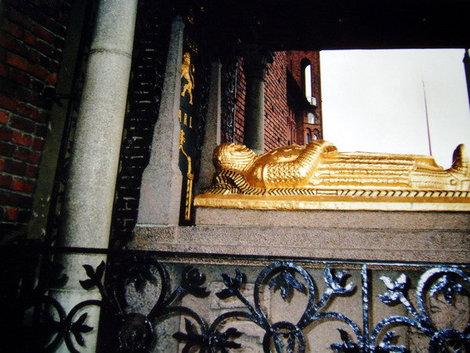 Гробница основателя Стокгольма Биргера Ярла возле стены городской Ратуши