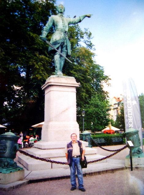 Бронзовый Карл XII указывает туристам из России, где находится наша Родина