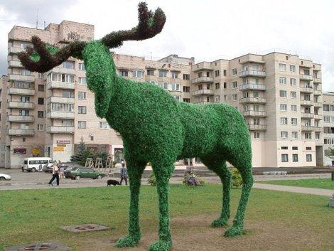 Современная зеленая скульптура, лось.